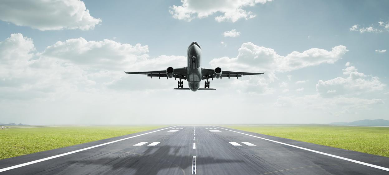 Un avion au départ pour le décollage